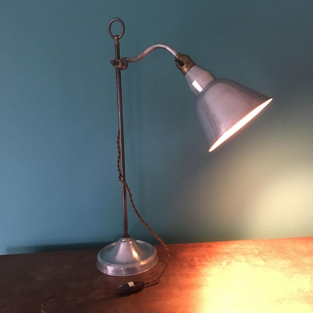 ancienne lampe de bureau industriel allumée