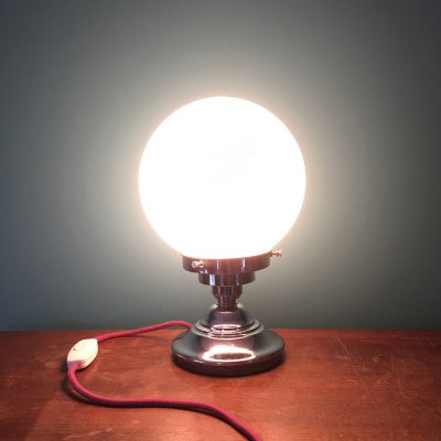 Lampe art déco globe opaline allumée