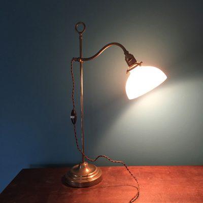 Ancienne lampe laiton avec coupole opaline allumée