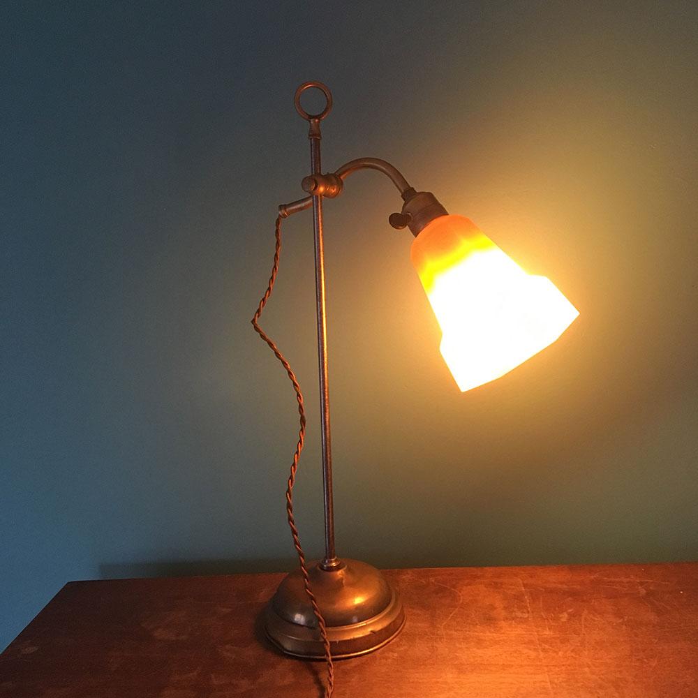 ancienne lampe tulipe orange allumée