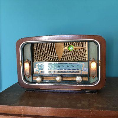 ancienne radio vintage allumée
