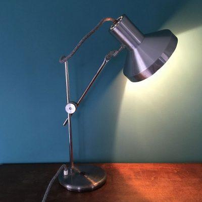 lampe bureau vintage métal allumée