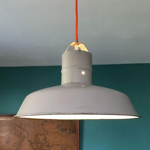suspension industrielle grise allumée