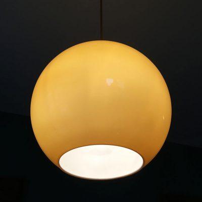 suspension boule opaline ambrée allumée