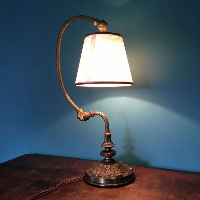 lampe-ancienne-articulee-laiton-allumee
